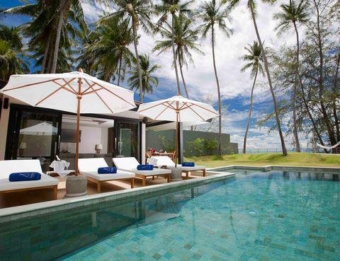 """<p>&nbsp;</p><p>Velas, música, elegancia, glamour, platos deliciosos y fuegos artificiales en <strong>un lugar idílico en las playas vírgenes de Lipa Noi, con vistas al Golfo de Tailandia</strong>. ¿Existe una manera más glamurosa de empezar el año nuevo? El gran Nikki Beach Resort Koh Samui prepara la noche más festiva del año. Un conjunto de maîtres, camareros y DJs trabajan entre bambalinas para que la noche del 31 de diciembre sea una velada inolvidable. <strong>Escoge las camas de la playa o de la piscina para disfrutar de la noche</strong>. O si lo prefieres, decídete por el ultra VIP bottle service sofa, y prepárate para pasar una noche mágica con tu amor. &nbsp;<strong>""""Peace, love and music"""" te acompañarán desde las 7 de la tarde</strong> cuando comiences con el exclusivo champagne y un menú de ensueño, hasta el comienzo del 2015. <a href=""""http://www.nikkibeach.com"""" target=""""_blank"""">nikkibeach.com</a></p><p>&nbsp;</p>"""