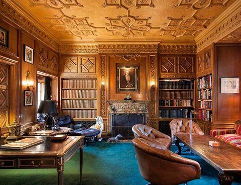 <p>Éste es el lugar de trabajo de Hugh Hefner. En todos estos años ha realizado numerosas reformas en la casa, que tiene 29 dormitorios (tanta playmate en algún sitio tendría que quedarse a dormir), pista de tenis, teatro, bodega con una puerta secreta... </p><p>&nbsp&#x3B;</p>