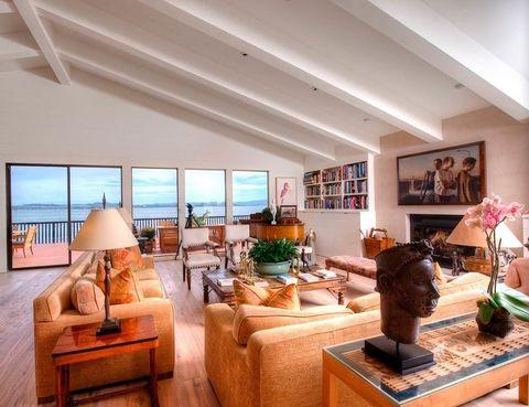 <p>Desde los sofás pueden contemplarse unas vistas asombrosas de la bahía.</p>