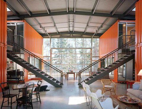 <p>La casa <i>12 Container</i> recibe este nombre, precisamente, porque está construida con doce contenedores de barco. Su creador, el arquitecto Adam Kalkin, los ha agrupado a ambos lados y ha dado a la vivienda forma de &quot;T&quot;. ¡Espectacular!</p>