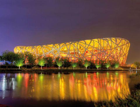 """<p>Su debut fue triunfal, con más de 500 millones espectadores de todo el mundo viendo las acrobacias de la gala inaugural de los Juegos Olímpicos de Pekín, en 2008. El <a href=""""http://www.n-s.cn"""" target=""""_blank"""">Estadio Nacional</a> fue ideado para la ocasión por Herzog y de Meuron, los mismos arquitectos suizos que un año antes habían proyectado otro estadio: el Allianz Arena de Múnich. Pero, a diferencia del alemán, éste estuvo rodeado de polémica desde antes de nacer y el diseño inicial se cambió varias veces para evitar posibles fallos de seguridad en su concepto, que entremezcla vigas de acero para reproducir la estructura del nido de un pájaro. En la actualidad, el estadio forma parte de la identidad de Pekín y es visita obligada en cualquier tour por la ciudad.</p>"""
