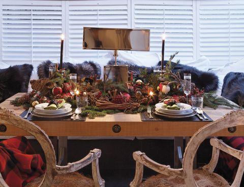 <p>Cada año, Dean and Dan desembalan los objetos decorativos más tradicionales. Nunca es demasiado: ramas de pino, acebo, piñas, bolas, velas… «¡Tiene que haber de todo! Ponemos especial cuidado en cada detalle». Igual de inseparables que cuando diseñan sus colecciones, las ideas sur-gen entre risas y un ambiente festivo mientras trabajan, como siempre en una perfecta simbiosis imaginativa.</p>