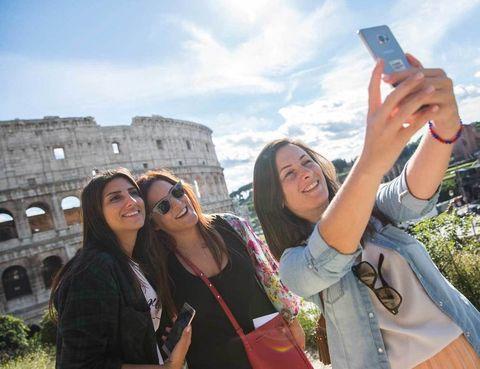 <p>En una hora hemos hecho tantas fotos desde el mirador de Piazzale Caffarelli que es complicado encontrar nuestro selfie favorito.</p><p>Para facilitar el trabajo, la app dispone de un buscador inteligente que muestra lugares o criterios más abstractos como niños, lluvia, etc. Por sencilla que sea la cámara del móvil, siempre vas a poder sacar partido a las fotos editándolas u organizándolas en colecciones o montando animaciones sencillas. Todo ello, con opción de compartirlas en redes sociales.</p>