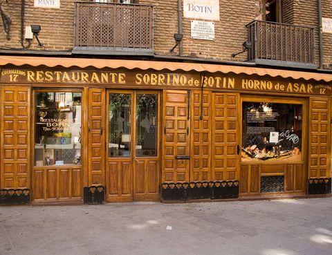 """<p>El restaurante <a href=""""http://www.botin.es/"""" target=""""_blank""""><strong>Botín</strong></a> aparece recogido en el Record de los Guinnes como el restaurante más antiguo del mundo. Abrió sus puertas en 1725, por lo que no sólo llegó a los 100 años sino que casi es cuatricentenario, y desde entonces ha conquistado miles de paladares con su horno de leña y sus recetas tradicionales. Se dice que Goya trabajó de friegaplatos por el año 1765.</p><p>Cuchilleros, 17</p>"""