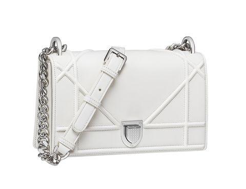 <p>Blanco con el motivo 'cannage' ampliado y cierre en forma de escudo (4.520 €).</p>