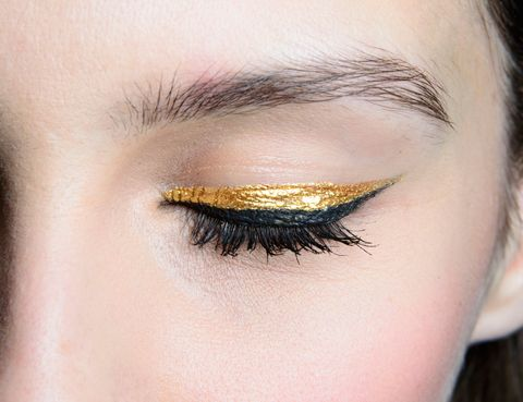<p> & nbsp; Στο <strong> Bagdley Mischka </strong>, το βλέμμα είναι χρωματισμένο σε μαύρο και χρυσό με σκιά και eyeliner.  Για να το πετύχει αυτό, ο μακιγιέρ Tom Pecheux χρησιμοποίησε μια υγρή χρυσή σκιά («goldmine» της MAC) για να γεμίσει το μισό βλέφαρο.  Σε αυτό, σχεδιάζεται μια γραμμή με υγρό 'eyeliner'. </p>