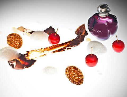 <p>Es un homenaje al perfume Poison, creado en 1985. Se trata de una<i> panna cotta</i> de chocolate con mini manzana roja, opalina de germinados de cilantro, mermelada cítrica; miel de lichy y pompas de olor de Haba tonka.</p>