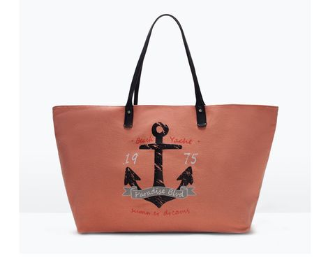 <p>Estilo 'navy' con estampado de ancla e inscripción (25,99 €).</p>