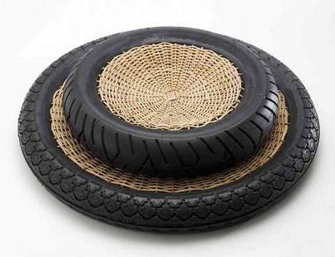 <p>Los creadores brasileños FERNANDO Y HUMBERTO CAMPANA, firman el proyecto &quot;transNEOMATIC&quot;, con recipientes realizados con ruedas de motocicletas reutilizadas y mimbre natural, cáñamo y ratán, tejido por artesanos vietnamitas.</p>