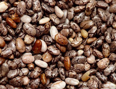 <p>Su popularidad es proporcional a su efectividad. Las semillas de chía son una fuente natural de omega 3 y 6, lo que ayuda a reducir el colesterol malo (LDL) e incrementar el bueno (HDL) y su alto contenido en fibra las convierten en grandes aliadas para controlar el tránsito intestinal. Se utilizan en dietas de adelgazamiento sobre todo por su alto poder saciante. Toma una cucharada sopera al día con agua, zumos, yogures… o utilízalas para cocinar. No saben a nada, así que pegan en cualquier plato que se te ocurra. </p>