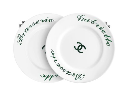 """<p>¿La última sorpresa del front row? El <i>clutch</i> de platos blancos <i>Brasserie</i> <i>Gabrielle</i> de Chanel, todo un must para fashionistas que presumen de foodies. <a href=""""/edicion/gallery/719993/(offset)/chanel.com"""" target=""""_blank"""">chanel.com</a></p>"""