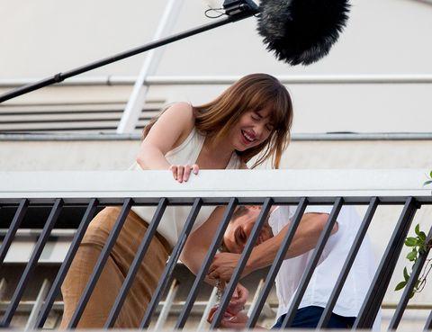 <p>No sabemos muy bien que les pasó pero Dakota y Jamie no pudieron evitar cortar la escena ante un ataque de risa.</p>