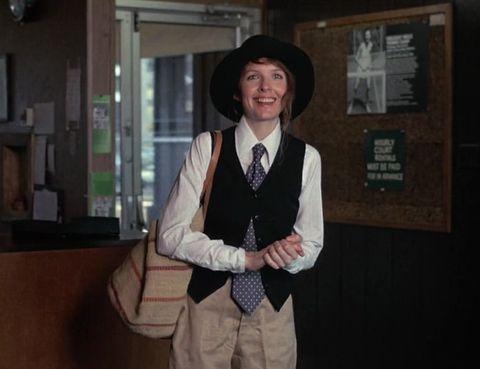 <p>La estadounidense aportó prendas de su armario a su personaje en <strong>'Annie Hall'</strong> (1977), pero el gran responsable del look del filme fue Ralph Lauren. Pasó a la historia como el epítome del estilo masculino en la mujer. Con su desenfadado chaleco, unos pantalones amplios, una camisa blanca y su eterno sombrero, <strong>Diane Keaton</strong> fascinó primero a Woody Allen y después a una legión de seguidoras que la han imitardo durante décadas.</p>