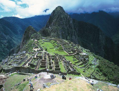 <p>El Machu Picchu (Perú), esta magistral obra de ingeniería –que reservaba el terreno llano para el cultivo y proyectaba las viviendas en laderas– no es una excepción del imperio inca, pero sí la más famosa y mejor conservada. Después de pagar el elevado precio de la entrada (37 euros) y de tomar un mate de coca para superar el soroche (mal de altura), dedícate a disfrutar de esta ciudad perdida, Patrimonio de la Humanidad por la Unesco. Pasea por sus calles, admira el majestuoso paisaje y llévate el pasaporte: a la salida te ponen un sello que demuestra tu visita a este imponente escenario.</p>