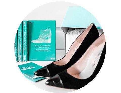<p>Oscar Vega, Nina Campos y Emelina Herraiz son los que han hecho realidad el sueño de muchas mujeres: crear sus propios zapatos. En su página web nos ofrecen una gran <strong>cantidad de modelos para elegir, desde zapatos salón, bailarinas, slippers, estilo retro…</strong> Una vez escogido tu modelo, ya puedes personalizarlo: de ante, charol, metalizados, de piel… Tienes infinitas posibilidades.<br />Además en Made in Me te ofrecen la posibilidad de regalar esta experiencia. La 'Me Box' permite, a quien la recibe, diseñar su modelo favorito.</p>