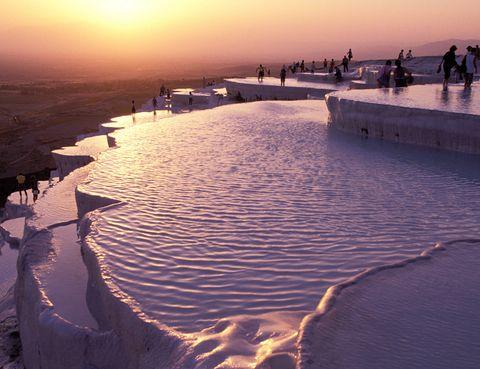 <p>Aunque parezcan de otro planeta estas piscinas termales se encuentran en Turquía, en la provincia de Denizli. Compuestas de roca caliza y con un característico color blanco, miles de turistas las visitan cada año para beneficiarse de sus propiedades (sus aguas son ricas en calcio) y contemplar el paisaje que ofrecen sus terrazas escalonadas. Por algo son Patrimonio de la Humanidad desde 1988.</p><p></p>