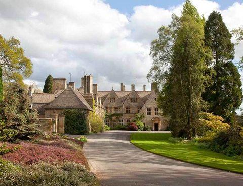 <p>Es el estilo de la última adquisición de los Beckham, una residencia situada en el corazón de la región de Cotswolds (Inglaterra). Se trata de un complejo de 13 edificios que rodean la casa principal.</p>