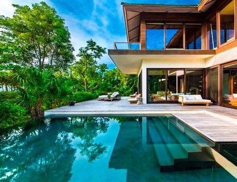 """<p>Si lo que buscas es tranquilidad y relax, lo encontrarás en The Sanctuary, un resort situado en una isla privada del Caribe, perteneciente a la diseñadora Donna Karan. Dos villas de cuatro dormitorios son el eje central, junto con una espectacular <i>infinity pool.</i> ¡Para perderse! Reserva en <a href=""""http://www.christiesrealestate.com/eng/sales/detail/170-l-78215-1409261013261884/the-sanctuary-other-parrot-cay"""" title=""""Christies Real Estate"""" target=""""_blank"""">Christies Real Estate</a>.</p>"""