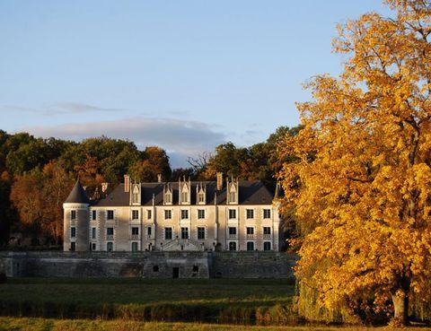 """<p> Está situado en pleno corazón del Valle del Loira, conocido como el 'Jardín de Francia' y declarado Patrimonio de la Humanidad en 1998 debido a la gran cantidad de castillos que se encuentran en la zona. De entre todos los que hay en el valle el <a href=""""http://www.chateaudesarpentis.com/"""" target=""""_blank""""><strong>Château des Arpentis</strong></a> destaca por su enorme fachada, una auténtica maravilla que en contraste con las hojas de los árboles en otoño alcanza su máximo esplendor. Tiene 13 habitaciones de cuento en las que disfrutar de las vistas al valle y unos salones en los que uno podría estar tranquilamente sentado horas y horas frente a la chimenea. En verano, la piscina se convierte en el corazón del castillo y es ideal para tomar el sol con un cóctel y disfrutar de la naturaleza.</p>"""