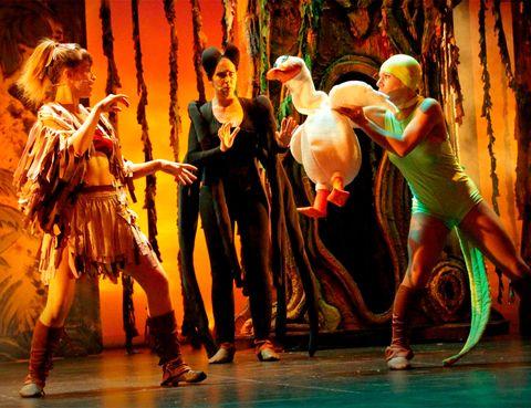<p>¡La selva salta al escenario para llenar de magia&nbsp&#x3B;el Teatro Alcalá de Madrid! Tarzán El Musical se estrena este sábado y promete ser todo un espectáculo para pequeños, jóvenes y mayores. El famoso hombre de la selva nos evoca un sinfín de sueños: aventuras, naturaleza, libertad,... y ahora ha llegado a Madrid para que le acompañemos en sus hazañas. ¿Te vienes?</p>