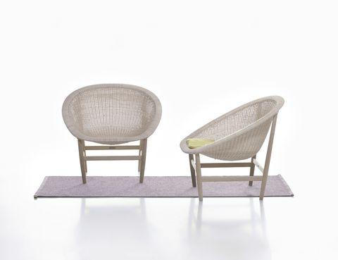 <p><i>Basket</i>, edición de un diseño de los años 50 de los daneses Nana y Jørgen Ditzel en fibra artificial y teca.</p>