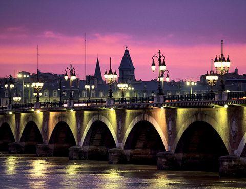 <p>Otro de los mejores lugares de Burdeos para obtener unas fotos preciosas de noche es este puente sobre el río Garona. Sus 17 arcos corresponden al mismo número de letras que hay en el nombre de Napoleón Bonaparte, que fue quien mandó construirlo.</p>