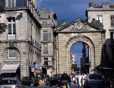 <p>Los amantes del shopping encontrarán su paraíso en la calle peatonal que sale desde la Puerta Dijeaux, junto a la plaza Gambetta. Todo un repertorio de las mejores tiendas y también restaurantes, es el lugar ideal para disfrutar de un momento de ocio en el viaje.</p><p></p>
