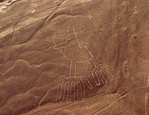 <p>Entre las poblaciones peruanas de Nazca y Palpa, unas explanadas atraen a miles de turistas cada día. El porqué es sencillo: estos terrenos están llenos de líneas que forman dibujos y son visibles desde el aire o desde las colinas cercanas. Representan figuras como colibrís, cóndores, una ballena... y su realización se atribuye a la civilización Nazca. En total hay más de 800 y todas ellas realizadas con unas líneas perfectas. Sobre este lugar existen toda clase de teorías, desde los que ven en este arte un ritual religioso hasta otras que lo relacionan con extraterrestres...</p>