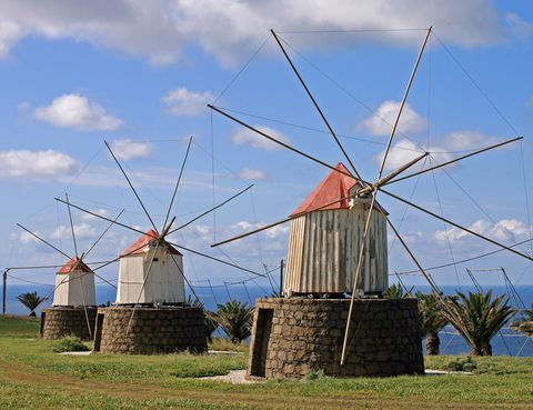 <p>A 40 kilómetros de Madeira, la isla de <strong>Porto Santo</strong> destaca por sus largas playas de arena dorada y sus icónicos molinos de viento. Al contrario que su isla vecina, el paisaje aquí es predominantemente seco y calcáreo, casi desprovisto de vegetación. Sin embargo, sus casi diez kilómetros de playas son reclamo suficiente para el turista. Su capital, <strong>Vila Baleira</strong>, acoge a la mayor parte de habitantes de la isla (unos 5.000) y alberga el Museo de Cristóbal colón, ya que el famoso descubridor vivió en la isla antes de partir hacia América.</p>