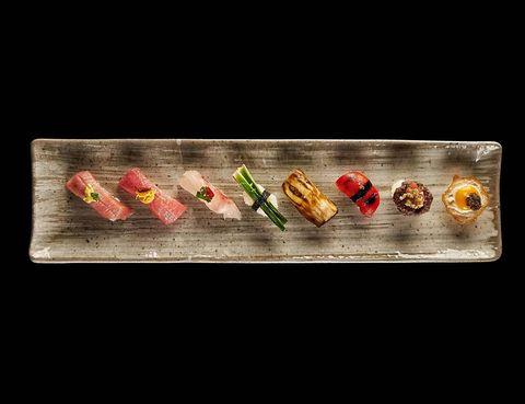 """<p>Muchos de nosotros soñamos con despedir el año bajo el sol y en tirantes. Canarias es la opción 'top' y el hotel <a href=""""http://www.ritzcarlton.com/es/Properties/Abama/Default.htm"""" target=""""_blank""""><strong>Ritz-Carlton, Abama</strong></a> de Tenerife –un paraíso gourmet con 3 estrellas Michelín– la propuesta 'foodie' que tenemos para ti. En su restaurante MB, y todo acompañado por el caviar insignia del hotel, te servirán crema de maíz agrio,&nbsp; ostras encurtidas con aguanieve de sake de pepino, chalota encurtida y bruma marina, solomillo &quot;Luismi&quot; sobre una cama de cremoso puré de patata, trufa y salsa Perigueux y de postre, para saciar los paladares más dulces, mini cocos rellenos de piña colada sobre crema de fruta de la pasión. Y si vas con niños, el hotel ha preparado numerosas actividades, talleres y cuentacuentos.</p>"""