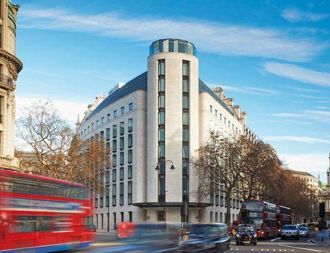 """<p>ME London acaba de abrir sus puertas el 1 de marzo, y ya promete dar que hablar. El diseño de interiores y exteriores ha corrido a cargo del estudio de Foster, y se ha ubicado en el distrito cultural y artístico de la capital británica. Sus 157 habitaciones (desde 396 euros) son excepcionales, pero la terraza del ático, donde se sitúa el bar Radio, te dejarán sin aliento.</p><p>&nbsp;</p><p><a href=""""http://www.melondonuk.com"""" target=""""_blank""""><strong>ME London.</strong></a> The Strand, 336-337. Londres (Gran Bretaña).&nbsp;Tél. 44 0 845 601 89 80.&nbsp;</p>"""