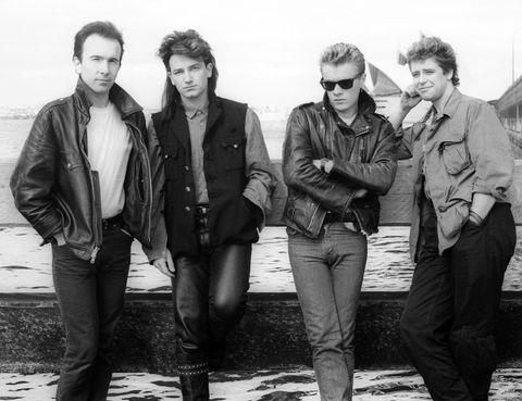 <p>Escrita en 1983, Bono quiso contraponer la masacre del 'Domingo Sangriento' de 1972 (en el que 14 manifestantes murieron por los disparos del ejército británico tras una protesta a favor de los derechos civiles y la excarcelación de quienes, sin juicio, habían sido considerados sospechosos de pertenecer al IRA) a la celebración amistosa entre religiones del Domingo de Pascua. Con el tiempo, el tema, que habla más bien de cómo se desarrollan en ese contexto las luchas interpersonales, se convirtió en un emblema antimilitarista y antibélico y en una de las canciones más interpretadas por U2.</p>