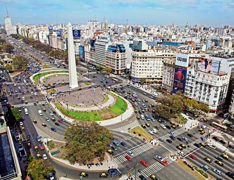 """<p>Necesitarás dos o tres cambios de semáforo y grandes dosis de paciencia para atravesar una de las arterias más anchas del mundo. Es la <a href=""""http://www.turismo.buenosaires.gob.ar."""" target=""""_blank"""">Avenida 9 de Julio</a>, que conmemora la fecha de independencia del país: 140 m de ancho que atraviesan el centro de Buenos Aires de sur a norte, conectando la plaza de la Constitución con la avenida Libertador. &nbsp;A lo largo de sus 22 carriles –16 en su calzada central a los que se suman los de las calles Carlos Pellegrini y Cerrito– encontrarás iconos porteños, como el Teatro Colón o el Obelisco. Desde 2013, Metrobús 9 de Julio, con 11 líneas de autobuses, mejora la circulación por esta arteria vial. &nbsp;</p>"""