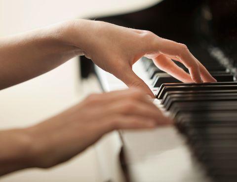 """<p>Las partituras de Johanes Brahms y Felix Mendelssohn sonarán en el recital que ofrecerá la pianista Alba Ventura. Esta joven es una alumna aventajada de la reconocida Alicia de Larrocha y ha tenido una brillante trayectoria interpretando en los principales teatros de Europa. Álvaro Albiach dirigirá este concierto después de haber empuñado su batuta frente a algunas de las formaciones orquestales más longevas del Viejo Continente.</p><p>• Lugar: <a href=""""http://www.grantea-trocc.com"""" target=""""_blank"""">Gran Teatro de Cáceres</a> (San Antón, s/n).</p><p>• Fecha: 16 de enero.</p>"""