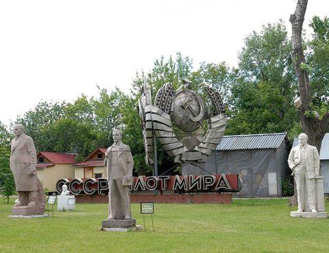 """<p>Líderes de la antigua KGB, bustos de Stalin, estatuas de Lenin y hasta una figura del zar Pedro I El Grande comparten, desde hace más de dos décadas, este espacio al aire libre, ubicado junto al río Moskova. La Gran Guerra Patria, como los rusos conocen a la Segunda Guerra Mundial, queda retratada en este bosque de esculturas.</p><p>• Lugar: <a href=""""http://www.muzeon.ru"""" target=""""_blank"""">Parque Muzeon</a> (Krimski Val, 10).</p>"""