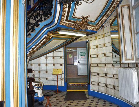 """<p>Prueba los baños públicos que los moscovitas tienen por costumbre utilizar desde su apertura, en 1818. La dinámica es muy parecida a la de los hammam. Alternarás inmersiones calientes con frías, pasarás por las salas de vapor y terminarás con un masaje con ramas de abedul. La sesión dura cuatro horas, te darán té y algo de picoteo. Además, en la zona masculina puedes acceder a dos piscinas. La entrada asciende a 42 euros.</p><p>• Lugar: <a href=""""http://www.sanduny.ru/"""" target=""""_blank"""">Baños Sanduny</a> (Neglinnaya, 14).</p><p>• Fecha: Todos los días, desde las 9 horas hasta las 22 horas.</p><p></p>"""