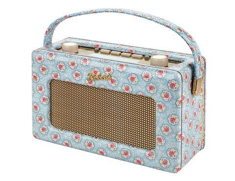 <p>Con unos diseños totalmente retro, colores brillantes y atrevidos estampados florales, sus versiones de la radio Roberts son ideales para escuchar las noticias de las cinco. La de la imagen cuesta 248 €.</p>