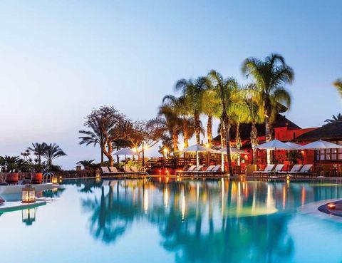 <p>La discreción impide que The Ritz-Carlton, Abama (Tenerife) traicione la confianza de aquellos clientes que abonan al menos 225 euros, con desayuno. Las vistas hacia La Gomera, sus jardines, 7 piscinas y un spa de 2.500 m2 atraen a viajeros de todo el mundo. La oferta gastronómica es de otro mundo, con estrellas Michelin en el M. B. y el Kabuki.Tel.&nbsp;922 12 60 00.</p>
