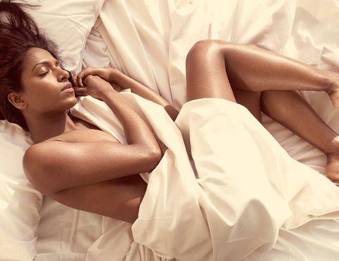 <p>Numerosos expertos coinciden: dormir desnudo puede ayudar a conciliar mejor el sueño. La razón: al dormir, la temperatura corporal desciende. Llevar pijama puede hacer aumentar esta temperatura, lo que provocará iterrupciones en el sueño.</p>
