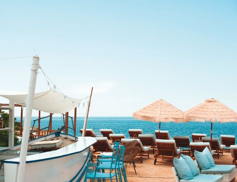<p>El cosmopolita colectivo Experimental Cocktail Club abre sede en Ibiza. Un chiringuito <i>hippy chic</i> en la reserva natural de Ses Salines con pescados frescos del día, música a ritmo de bossa nova y cócteles con mucho estilo.</p><p><strong>Experimental Beach Ibiza, Playa d'es Codolar, Salinas, Ibiza.</strong></p>