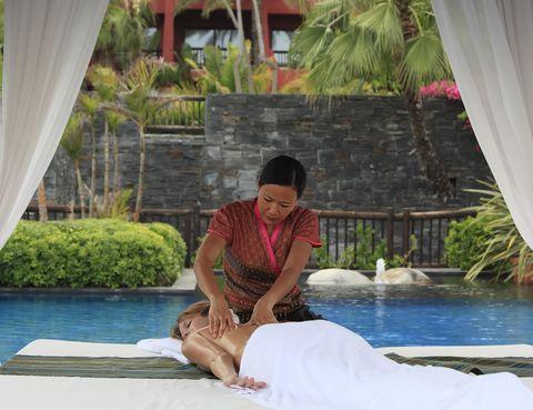 <p>Cuidarse y ser cuidado es la máxima del Thai Spa del hotel <strong>Asia Gardens</strong> de Alicante. Su equipo de terapeutas formadas en el prestigioso templo-escuela de Wat Poh, en Tailandia, ofrecen una carta de masajes exóticos como el Nuad Thai, para equilibrar cuerpo y mente, o el Nuad Nam Mun, un masaje de 60 minutos con aceites esenciales. Disponen también de un tratamiento en cabina doble en pareja. dos piscinas exteriores climatizadas, clases de meditación, pilates, yoga o estiramientos son otras de sus posibilidades para preparar el cuerpo para el verano, pero también la mente.</p>