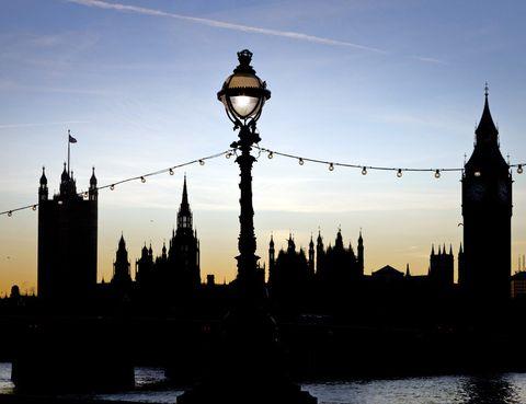 <p>La ciudad de Londres esconde muchos secretos que descubrir en una segunda visita. Si en tu primera vez en la ciudad te acercaste hasta el mercado de Covent Garden, puede ser (o no) que pasaras por alto Neal's Yard, un precioso callejón con casas de colores, restaurantes y cafeterías que es todo un imprescindible. Pimrose Hill, al norte de la ciudad, es un gran parque en el que disfrutar de los (escasos) días de sol con una vista panorámica de Londres. Además, en sus alrededores se asienta un barrio agradable y 'cool' que cuenta con numerosos restaurantes y cafeterías.</p>