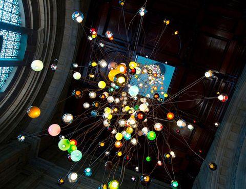 <p>Muchas de las muestras están en el V&A museum, uno de los epicentros del LDF, donde puedes ver esta instalación con centenares de Chandeliers de la firma Bocci, hechas a medida por el diseñador Omer Arbel . </p>