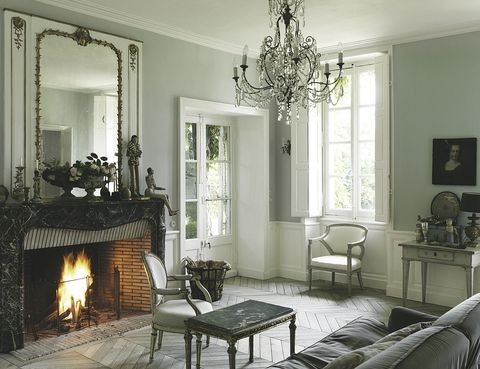 <p>Una plácida tarde al calor de la chimenea estilo Luis XV, pieza original de la casa, al igual que el espejo. Muebles antiguos, como los sillones suecos, la mesita de café italiana y otras piezas nos transportan en el tiempo.</p>