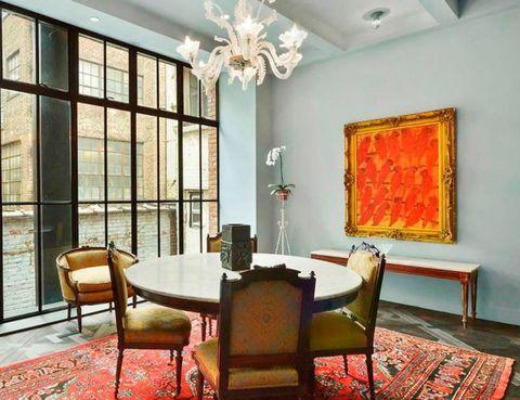<p>Con muebles antiguos y magníficas cristaleras que permiten ver los edificios del West Village, el barrio en el que se encuentra. </p>