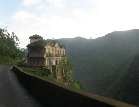 """<p>Le llaman 'el hotel de los suicidas' y se encuentra en Soacha, a 30 kilómetros de Bogotá (Colombia): un precioso edificio de estilo francés erigido a 157 metros de altura, junto a un barranco. Fue inaugurado en 1927 y adquirió su apodo porque muchos iban hasta allí a acabar con su vida; lo que ya no está tan claro es que parece que tiene una especie de 'atracción fatal', """"un imán que invita al suicidio"""", explica la investigadora Clara Tahoces. ¿Por qué? Una posible explicación es que los fallecidos caían al Lago de los Muertos, así llamado porque fue imposible hasta 1941 acceder a él para recuperar los cadáveres. En los años 50 llegó a alcanzarse una media de un suicidio diario, muchos de personas que no tenían aparentemente motivos para hacerlo. Hoy pertenece a la Fundación Ecológica El Porvenir.</p>"""