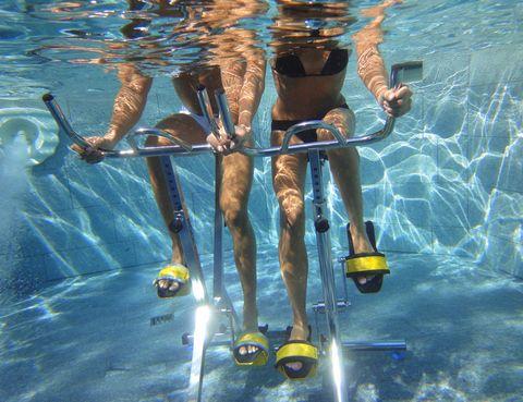 """<p>&nbsp;</p><p>Veevaform es el primer centro de la capital con <strong>piscina indoor especializada en aqua ciclo</strong>. Las sesiones de Aquabiking te proporcionan todos los beneficios del spinning más los del <strong>ejercicio suave en el agua</strong> (entre ellos, el efecto masaje y el aumento de la intensidad sin impacto, ideal si hay lesiones o sobrepeso). <strong>Cómo es una clase.</strong> Duran 45 minutos y se hacen en unas bicis especiales en una piscina a 29 grados en la que el agua te llega por la cintura. Siempre con un instructor experto. <strong>Los beneficios.</strong> El Aquabiking tonifica toda la musculatura, especialmente de piernas y glúteos, mejora los problemas de celulitis, te ayuda a elimininar toxinas a través del sudor (aunque no tendrás la sensación de agobio del """"ciclo en tierra"""") y quemarás muchas calorías (hasta 800 en sesiones de una hora). <strong>Psst</strong>. En el centro también cuentan con <strong>Veeva Fit, una cámara que contiene una maquina de correr en un espacio infrarrojo</strong> (efecto sauna) cerrado herméticamente gracias a una falda de neopreno. Mejora la circulación y tiene efecto adelgazante y anticelulitis. Precio. Desde 20,20 € la sesión con abono de 30. Dónde. Hernani, 47. Tel. 914 496 017. Madrid. <a href=""""http://www.veevaform.es"""" target=""""_blank"""">veevaform.es</a></p><p>&nbsp;</p>"""