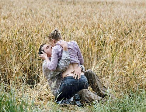 """<p><strong>Amanda Peñuelas, colaboradora.</strong> Mi escena de sexo favorita del cine pertenece a <i>""""Match Point""""</i>. Jonathan Rhys-Meyers, Scarlett Johansson, <strong>lluvia y un campo de trigo...</strong> No hace falta decir más. <strong>Psst.</strong> Según las críticas, la actuación de Scarlett Johansson en esta película fue magistral. <strong>""""Queremos esa vida y también queremos esa chica""""</strong>. Es la frase que resume la película y con la que Woody Allen nos implica en la trama desde el principio. <strong>Una escena con una grandísima carga erótica</strong> y un final totalmente inesperado.&nbsp;</p><p>&nbsp;</p>"""