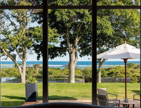 <p>El verde del jardín se cuela en el interior de la casa a través de los ventanales. El encargado del paisajismo fue el arquitecto Rick Sundberg.</p>