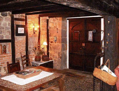 """<p>El agroturismo es el epicentro de la actividad de esta construcción del siglo XV que se ha decorado con exquisito cuidado para que no pierda ni un atisbo de su genuinidad. Es de alquiler completo (a partir de 170 euros) y alberga a 8 personas. </p><p>En el salón, rodeado de muros pétreos, dominan una inmensa chimenea y las vigas de madera en el techado, que se perpetúan en el resto de estancias.</p><p>La cocina incorpora un fogón de leña, y es una gozada pasar un rato en su jardín o realizar una barbacoa.</p><p>El Horno de La Otra Casa es una vivienda anexa donde se elabora el pan como hace siglos y se degustan queso, sobaos o frutos secos de la zona. Pregunta sobre los cursos gratuitos que programan los fines de semana sobre el trabajo de cuero o cerámica y la recogida de cucos (nueces).</p><p></p><p><a href=""""http://www.laotracasa.es"""" target=""""_blank"""">La Otra Casa.</a> Corral de Aca, 20. La Serna. Arenas de Iguña (Cantabria). Tél.942 84 06 46.</p><p></p>"""